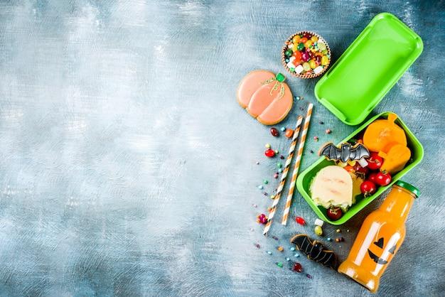 Еда на хэллоуин, коробка школьных обедов с бутылкой тыквенного напитка Premium Фотографии