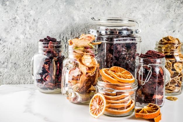 Сухофрукты и ягоды в стеклянных банках Premium Фотографии