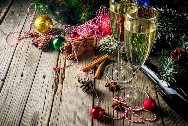 クリスマスの装飾とシャンパン Premium写真