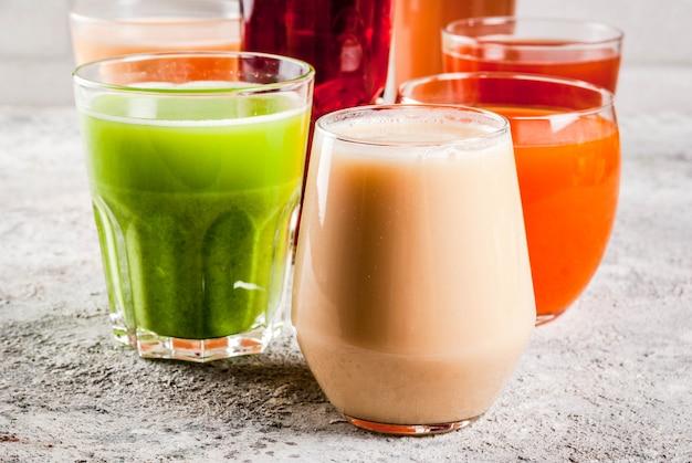 健康食品のコンセプト、さまざまな果物や野菜ジュースのスムージー Premium写真