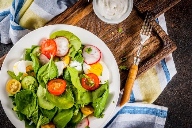 新鮮な春野菜のサラダ Premium写真
