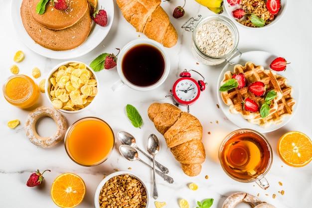健康的な朝食を食べるコンセプト、さまざまな朝の食べ物 Premium写真
