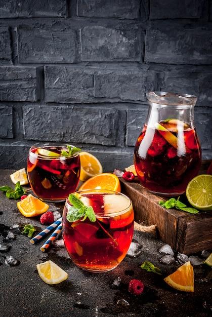Летний холодный коктейль, фруктово-ягодное красное вино сангрия Premium Фотографии