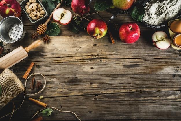 秋の料理の背景、アップルパイベーキングコンセプト、新鮮な赤いリンゴ、甘いスパイス、砂糖、小麦粉 Premium写真