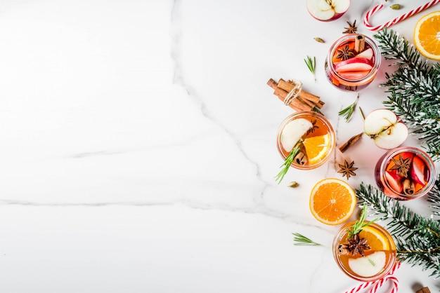 伝統的な冬の飲み物、白と赤のグリューワインカクテル、 Premium写真