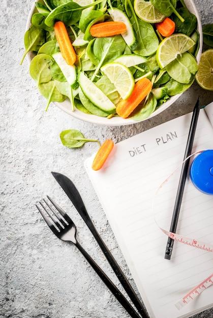 Диета план похудеть концепция, салат из свежих овощей Premium Фотографии