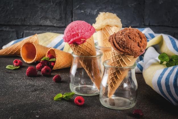 Летние сладкие ягоды и десерты, различного вкуса мороженого в шишках розового цвета Premium Фотографии