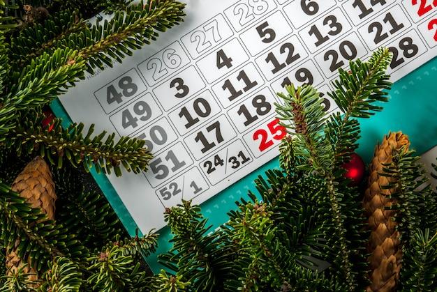 モミの木とクリスマスと新年のギフトの背景 Premium写真
