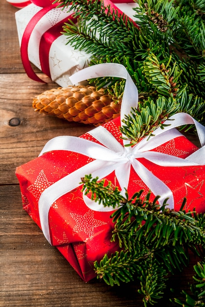 Рождественский и новогодний подарок фон с елкой Premium Фотографии