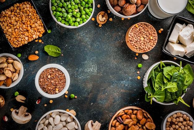 Здоровая диета, веганская пища, источники растительного белка: тофу, веганское молоко, бобы, чечевица, орехи, соевое молоко, шпинат и семена Premium Фотографии