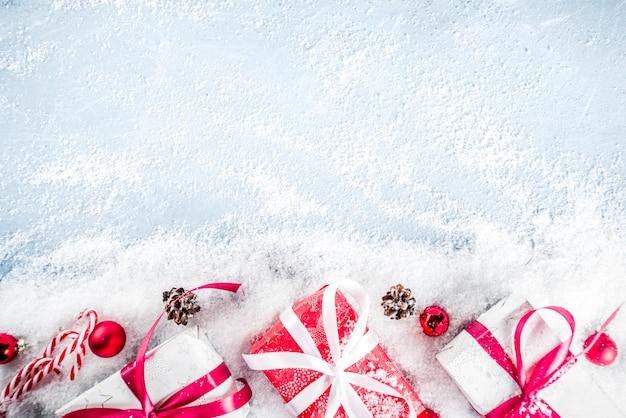 Рождественский фон с подарками и искусственным снегом Premium Фотографии