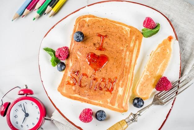 学校のコンセプトに戻る、朝食のパンケーキ Premium写真