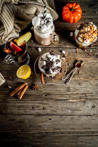 Осень зима теплые напитки, горячий шоколад, тыквенный латте, карамельный и арахисовый кофе латте, глинтвейн Premium Фотографии