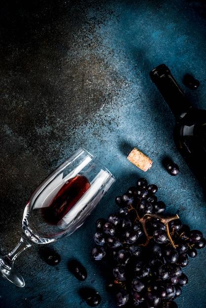 ガラスとブドウのワインボトル Premium写真
