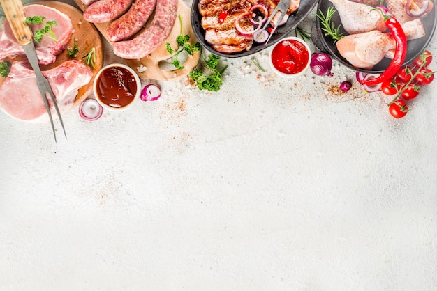さまざまな生肉のグリルとバーベキューの準備ができて Premium写真
