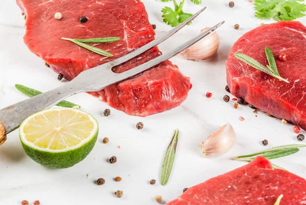 新鮮な生肉。ビーフテンダーロイン、調理用ハーブとスパイスのステーキ Premium写真