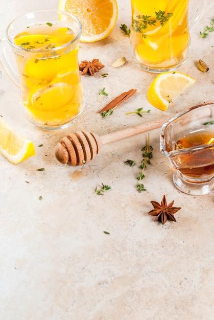 Осенью и зимой традиционные напитки. горячий горячий чай с лимоном, имбирем, специями Premium Фотографии