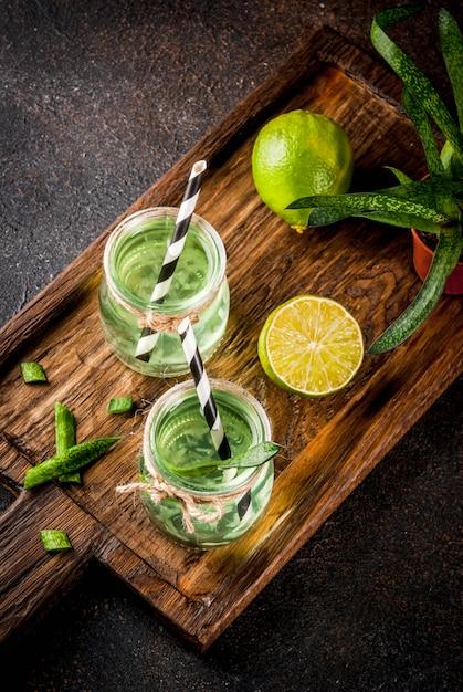 健康的なエキゾチックなデトックスドリンク、アロエベラまたはライムとサボテンジュース Premium写真