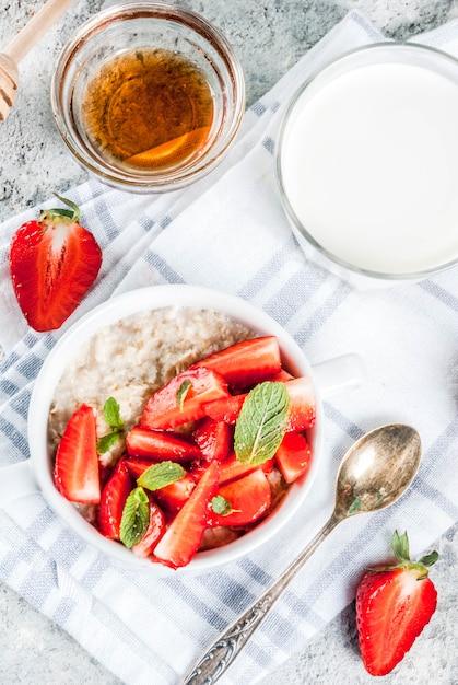 イチゴと朝食のオートミール Premium写真
