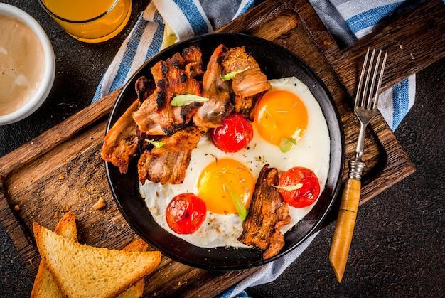 伝統的な自家製イングリッシュアメリカンの朝食、卵焼き、トースト、ベーコン、コーヒーマグカップとオレンジジュース Premium写真