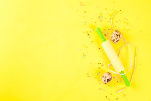 Пасха фон с перепелиными яйцами скалкой и посыпать сахаром на желтом фоне концепция весенних каникул Premium Фотографии