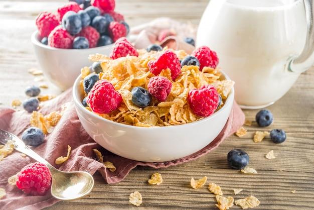 コーンフレークとミルクとベリーの朝食 Premium写真