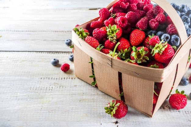 Летняя органическая ферма ягод в корзине Premium Фотографии