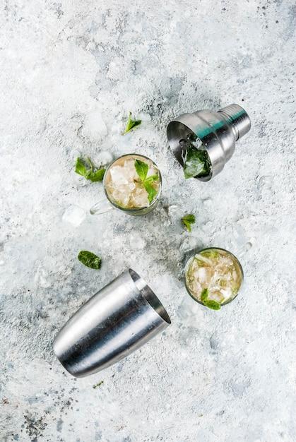 冷たい夏飲料ミントジュレップカクテルドリンク灰色の石の背景 Premium写真