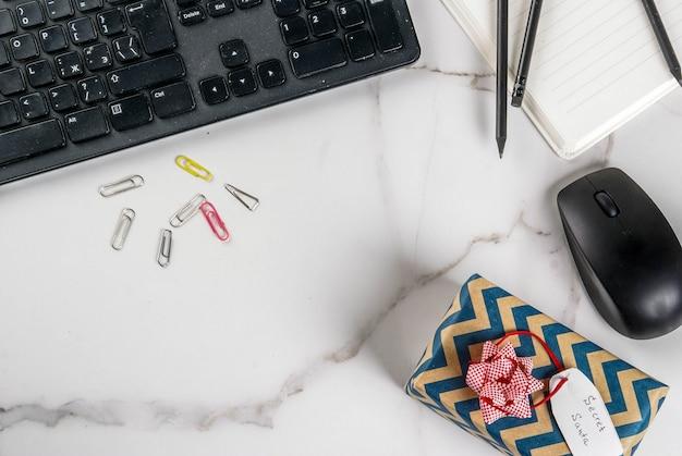 Концепция празднования рождества, идея обмена подарками секрет санта. клавиатура, мышь, ноутбук, Premium Фотографии