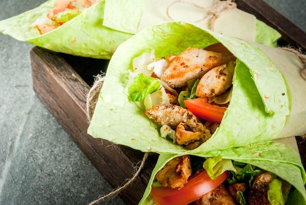 メキシコ料理。健康的な食事。ラップサンドイッチ Premium写真