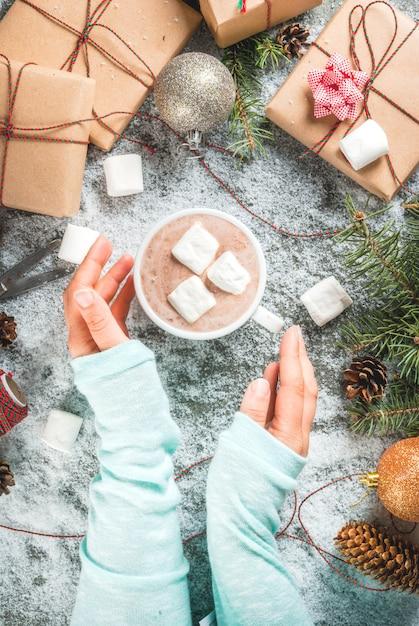 クリスマスのコンセプト、テーブルシーンの雪、クリスマスツリーの枝、 Premium写真