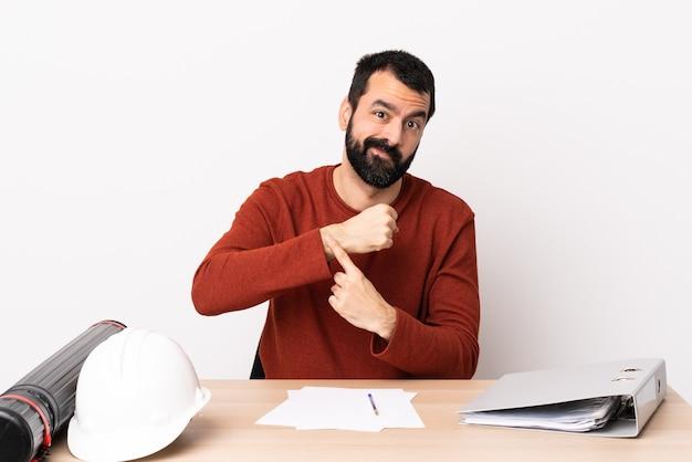 Кавказский архитектор человек с бородой в таблице, делая жест опоздания Premium Фотографии