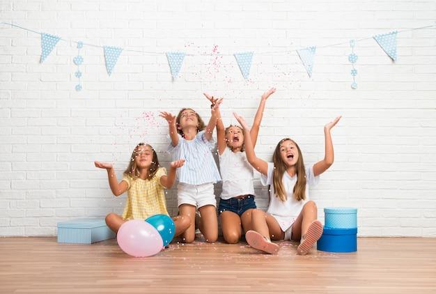 紙吹雪で遊ぶ誕生日パーティーで友達のグループ Premium写真