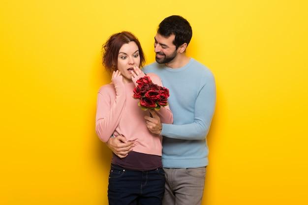 バレンタインデーの花を持つカップル Premium写真