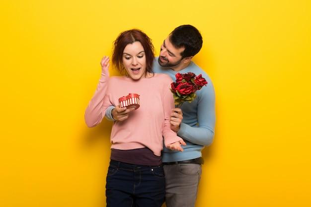 花とギフトをバレンタインの日のカップル Premium写真