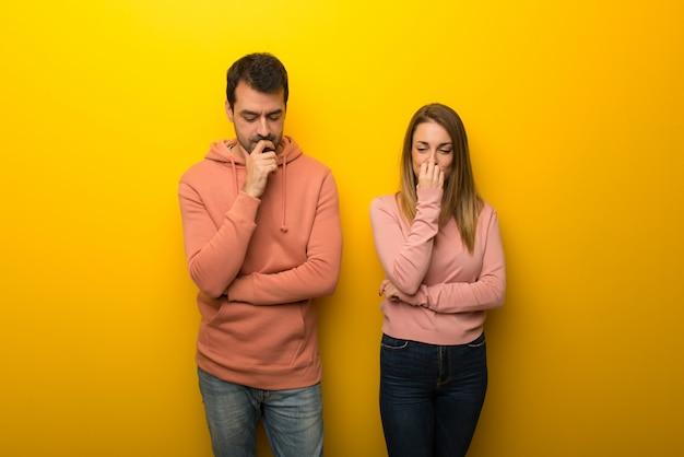 疑問を持つ黄色の背景に二人のグループ Premium写真