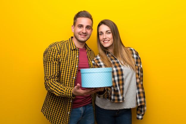 手で贈り物を持ってバレンタインデーのカップル Premium写真