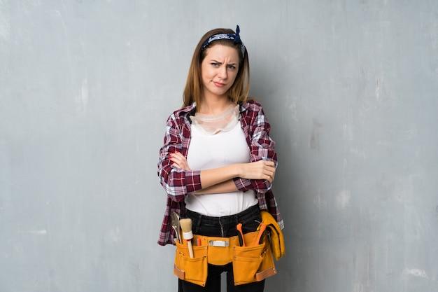 Ремесленники или женщина-электрик чувствует себя расстроенной Premium Фотографии