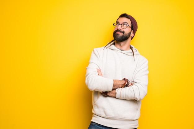 笑みを浮かべて見上げるドレッドヘアを持つヒッピー男 Premium写真