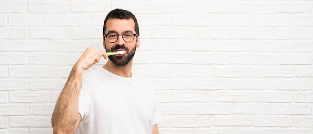 歯を磨くひげを持つ男 Premium写真
