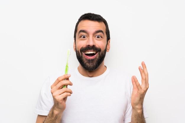 孤立した白い背景の上の歯を磨くひげを持つ男 Premium写真