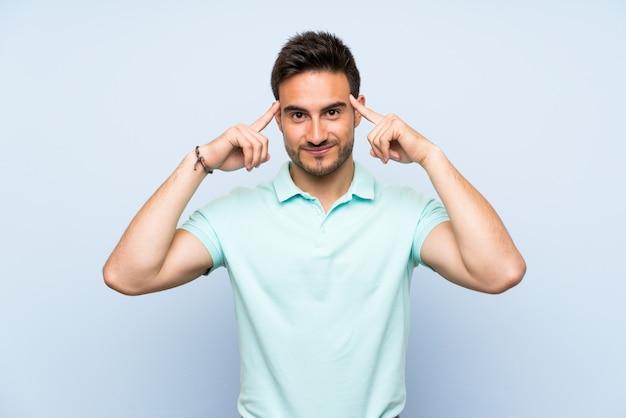 疑いを持っていると考えているハンサムな若い男 Premium写真