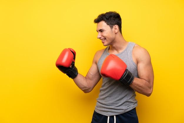 ボクシンググローブを持つハンサムなスポーツ男 Premium写真