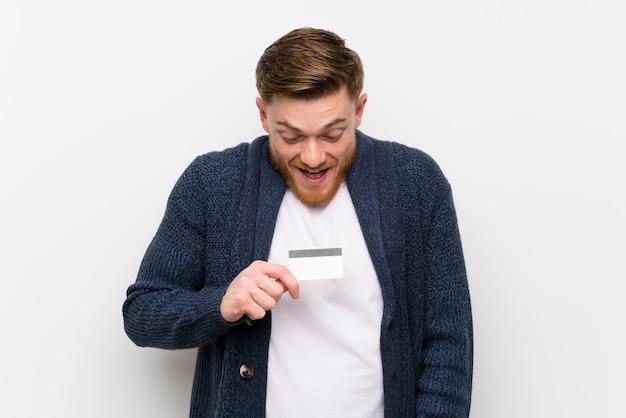 赤毛の男がクレジットカードを保持 Premium写真