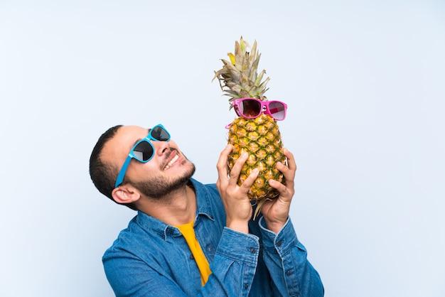 コロンビア人、サングラスとパイナップルを保持 Premium写真
