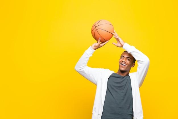 アフロアメリカンバスケットボール選手男 Premium写真