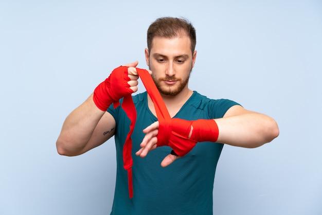 ボクシング包帯で金髪のスポーツ男 Premium写真