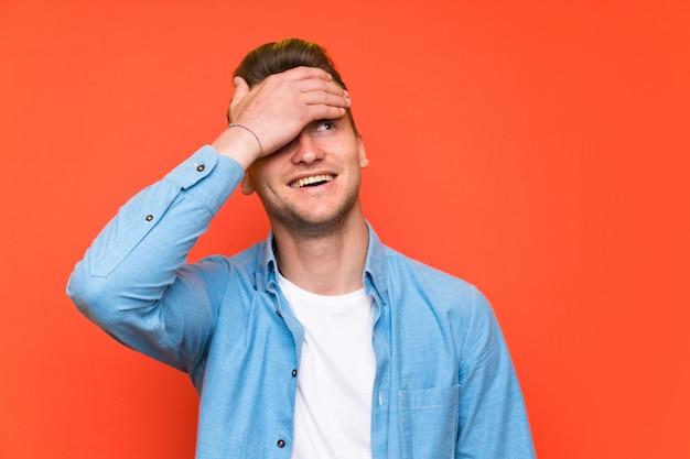 Блондинка красивый мужчина смеется Premium Фотографии