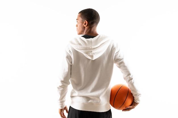 孤立した白い背景の上のアフロアメリカンバスケットボールプレーヤー男 Premium写真