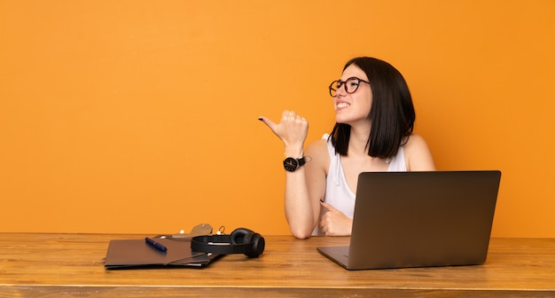製品を提示する側を指しているオフィスのビジネスウーマン Premium写真